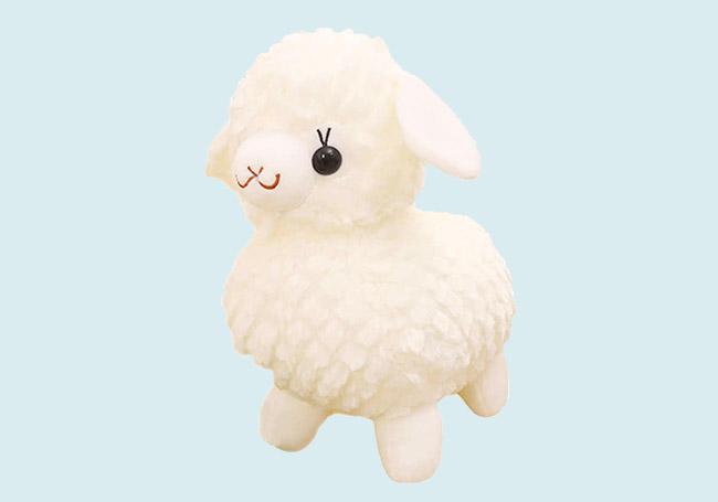 白色微笑小绵羊玩具