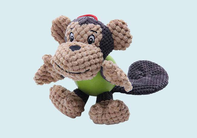 狗狗啃咬小猴玩具