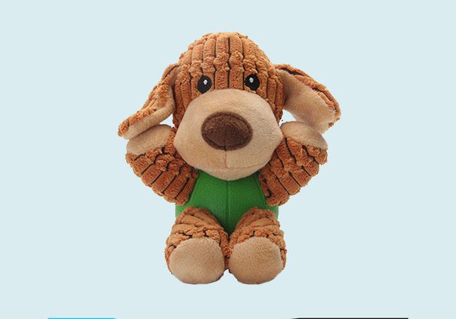 浅咖啡狗狗啃咬玩具