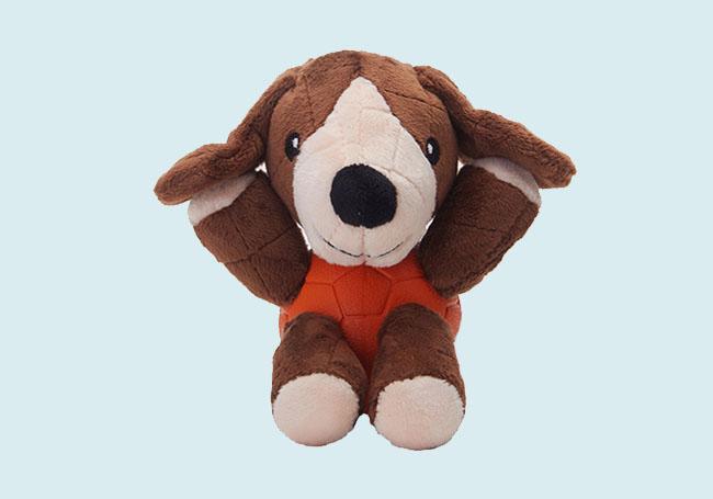 棕色狗狗啃咬玩具